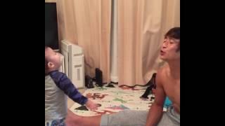 (インスタ人気動画)ママだけじゃなくパパにもチューして。 CRAZYPAPA...