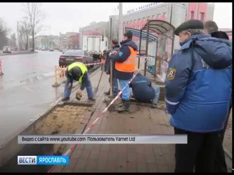 Мужчина провалился с головой под асфальт на остановке в Ярославле