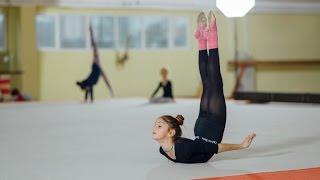 Маленькая гимнастка тренируется. Невероятно красиво!)