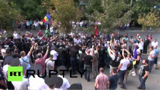 В Кишиневе между протестующими и полицией возникла потасовка.