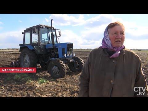 В свои 78 бабушка-тракторист разбирается в двигателе и лихо ездит на МТЗ 82