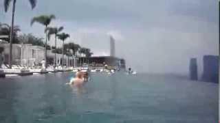 Сингапур. Бассейн на крыше отеля Marina Bay Sands(Один из самых роскошных отелей мира -- отель Marina Bay Sands в Сингапуре. Всего в отеле Marina Bay Sands более 2500 номеров..., 2013-11-02T19:29:01.000Z)