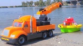 Тимур играет в Машинки игрушки и перевозит катер на трейлере к Морю