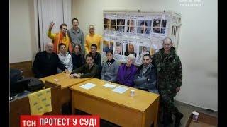 Активісти Євромайдану, яких побили 3 роки тому, продовжують пікетувати Святошинський суд