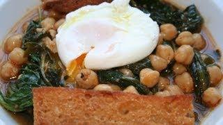 Garbanzos con espinacas y huevo