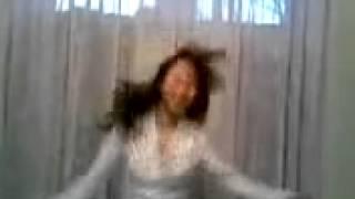 بنت اجنبية تقلد الرقص العربي و تخلع الحجاب و ترقص
