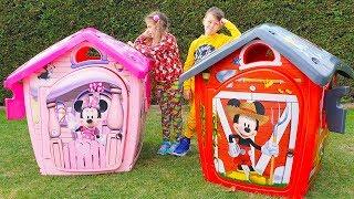 Adriana y Ali construyen y juegan con casas de juegos