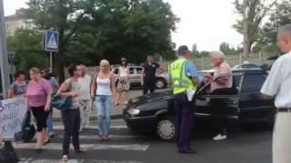 Видео ПН: Жены николаевских десантников не дают водителям проехать через Варваровский мост(, 2014-07-25T16:40:49.000Z)