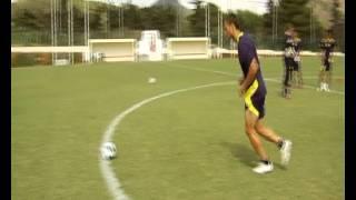 בעיטות למשקוף מחצי מגרש במחנה האימונים בספרד, יולי 2012