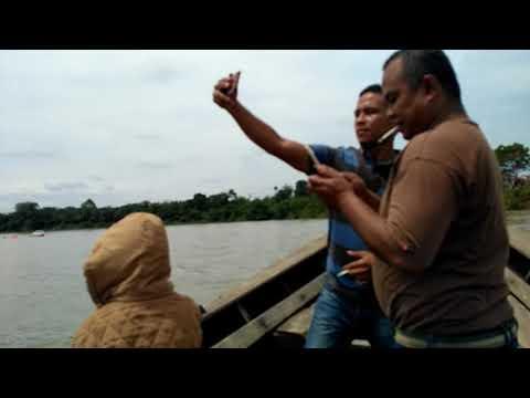 Naik perahu di Pantai Cinta Teluk Jering Sungai Kampar