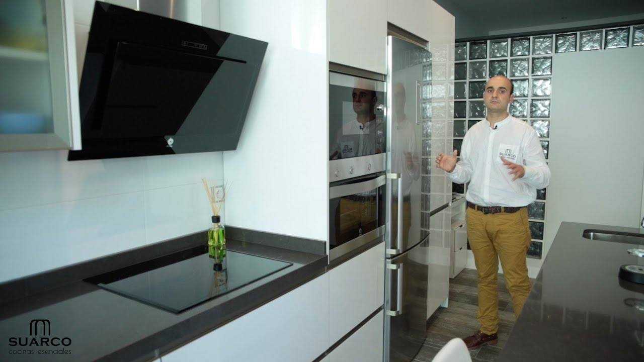 Video de como instalar una cocina blanca moderna del tipo for Cocina con electrodomesticos de color negro