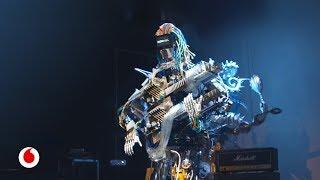 Gambar cover Un guitarrista con 78 dedos capaz de tocar notas imposibles; un batería con 22 brazos