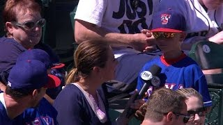TEX@SEA: Young fan gets a souvenir gift from Beltre