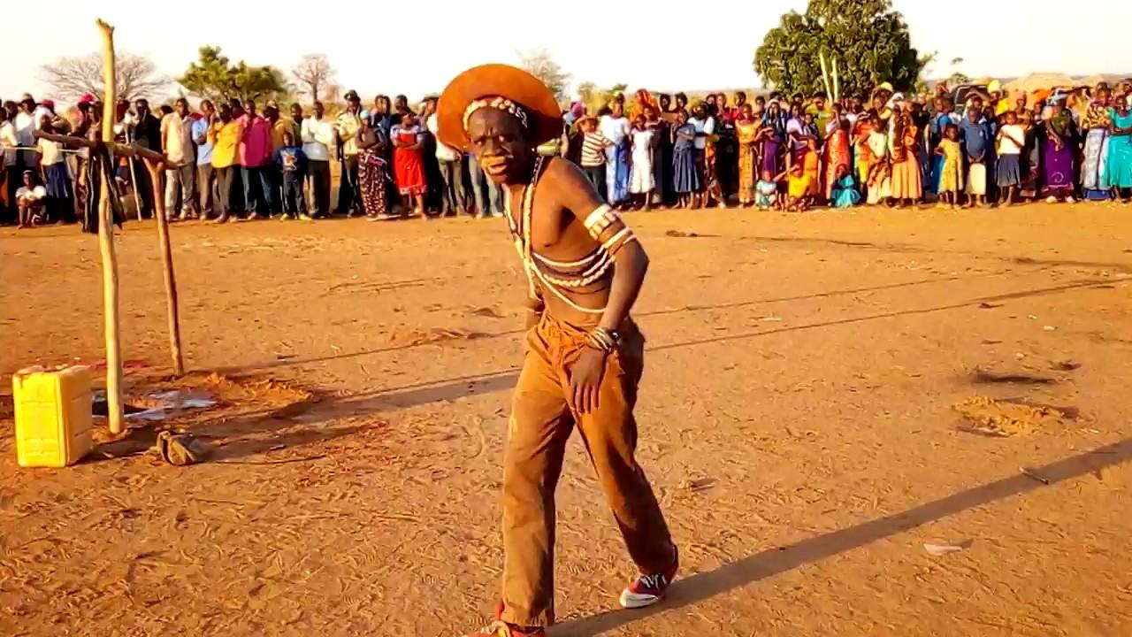 Download Angalia vijana wa Madebe jinasa wakishindana mbele YA madebe
