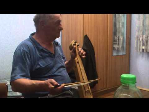 Дедушка играет на кеменча