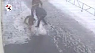 Отморозки били мужика палкой и таскали за ноги. Real video