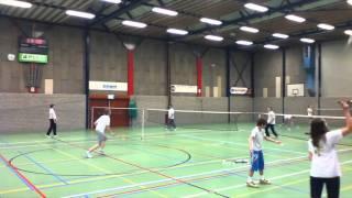 Niels Punt aan het Badmintonnen