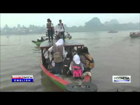 Riau Haze Forces Palembang Students to Reach School by Boat