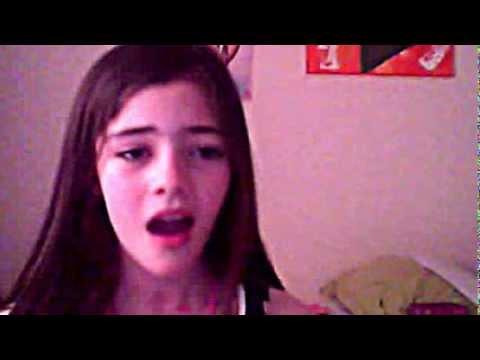 niña de 10 años cantando horrible