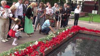Сажи Умалатова, возложение цветов к могиле Неизвестного солдата