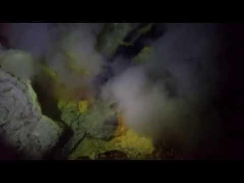 Cewek abg mandi di sungai Bluefire Kawah Ijen Indonesia