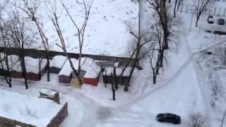 Пилим дерево(Возле нашего дома стоит несколько сухих тополей, и вот пришли лесорубы., 2013-03-23T10:55:43.000Z)