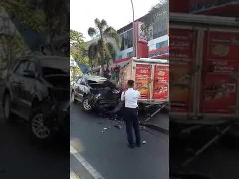 Kecelakaan Parah Di Depan Superindo CitraLand Surabaya, Senin 1 Oktober 2018