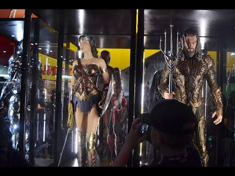 SDCC 2017 DC COMICS BOOTH Justice League Movie COSTUMES! AQUMAN CYBORG FLASH BATMAN WONDER WOMAN