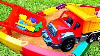 Строим песочницу и играем с песком. Видео для детей: игры на улице.