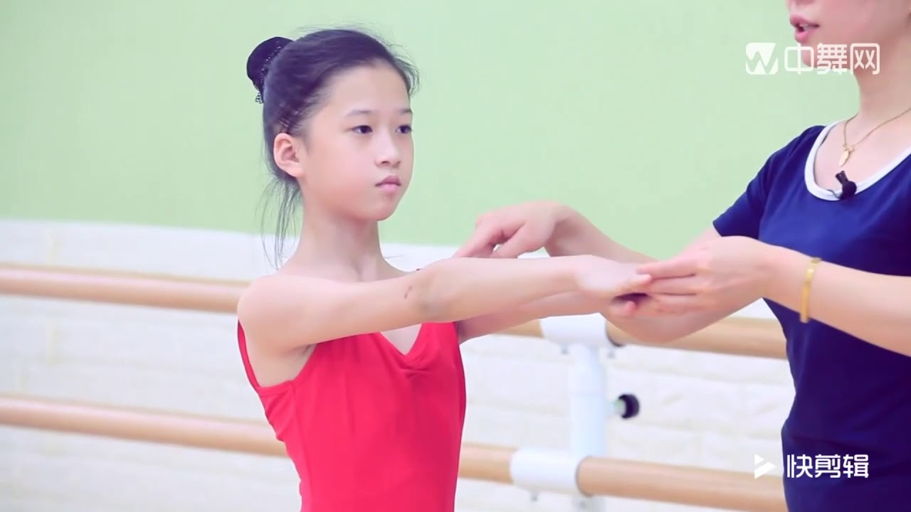 少儿舞蹈基本功技巧训练详细讲解教学(中级)把杆压肩、把杆反拉肩、单甩肩、扳反肩、侧拉肩、单转肩、转肩技巧