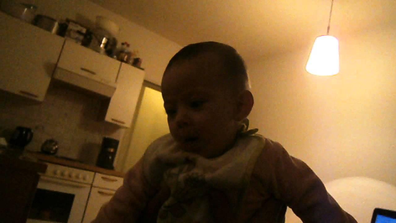 طفله عمرها 4 اشهر تغني ماما جابت بيبي طيور الجنه
