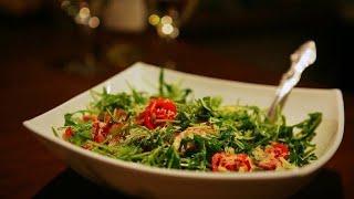 Салат из рукколы с беконом