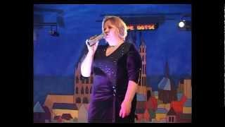 Мама поёт для дочки в день свадьбы