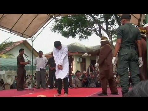 تنفيذ حُكم الجَلْد في إحدى مقاطعات أندونيسيا بتهمة المثلية الجنسية  - 17:21-2017 / 5 / 23