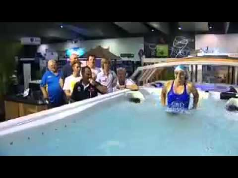 Marathon swimmer Chloe McCardel sets world record for swimming 16 hours non-stop in Melbourne