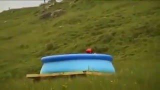 Прыжок с трамплина в надувной бассейн INTEX(Отважный чувак построил трамплин и совершил очумительный полет на десятки метров, попав точно в центр наду..., 2016-02-09T14:14:38.000Z)