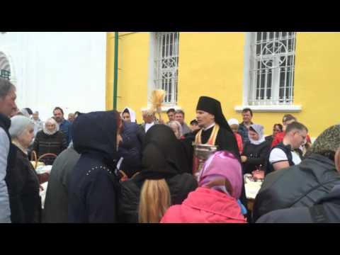 Иеромонах Макарий освящает куличи в Великую субботу