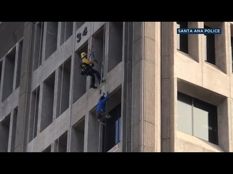 Worker rescued after dangling from 7th floor of Santa Ana federal building I ABC7