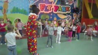 Игры клоуна и детей-2 после циркового выступления в парке