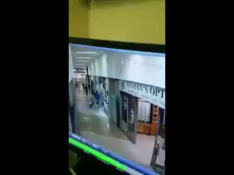 Armed Robbery at Suraj jewellers in Durban South Africa- 1 criminal shot. 2 escaped