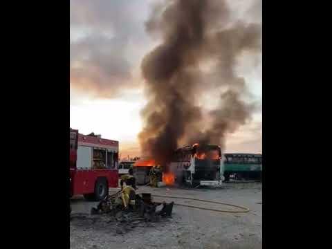 Arden un autocar y un contenedor lleno de neumáticos en Palma