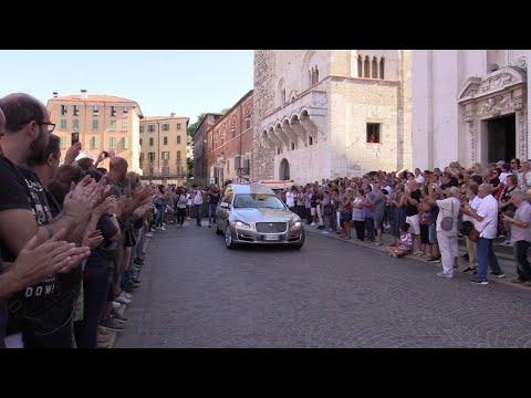 Funerale Nadia Toffa, un lungo applauso accompagna la bara nella cattedrale di Brescia