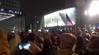 Столица Германии празднует 25-летие падения Берлинской стены(Берлин три дня праздновал. Это заключительный момент торжеств - примерно 7000-8000 светящихся шаров символизир..., 2014-11-10T09:29:17.000Z)