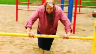 Бабушка спортсменка такое вытворяет - турник и брусья)