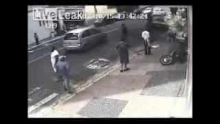 Видео аварии! Машина сбивает грабителей на мотоцикле!(Каждый день новые видео аварий на http://videosdtp.ru Подключайся к нашему каналу! Мы на YouTube https://www.youtube.com/user/VideosDTP..., 2012-10-20T09:03:19.000Z)