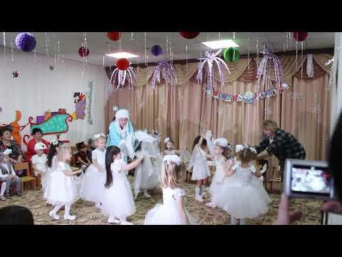 Танец снежинок в детском саду.