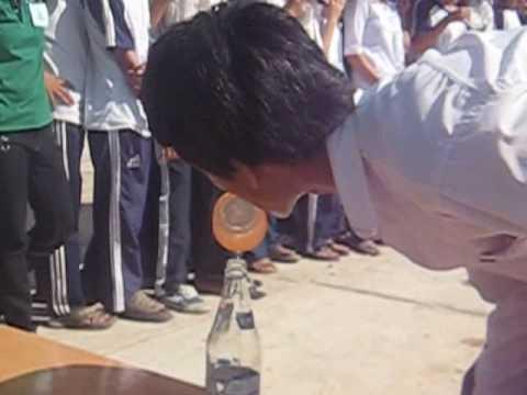 Lớp 11A5 (2008-2009) đổ nước vào chai