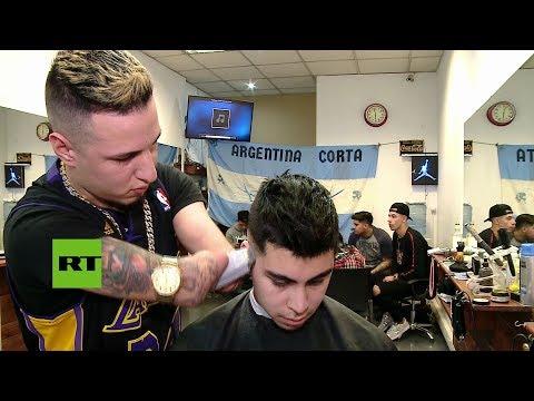 Este peluquero argentino sin manos rompe con todas las barreras