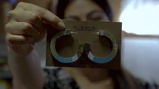 Hermosas joyas hechas a base de tablas de skate recicladas | Factor de Cambio