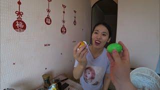 Отмечаем Пасху. Юля красит яйца. Очередной день в самоизоляции